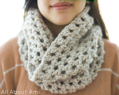 Chunky double crocheted cowl - Free crochet pattern