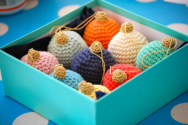 Free Crochet Pattern Christmas Bauble : Colorful christmas bauble - Free crochet pattern