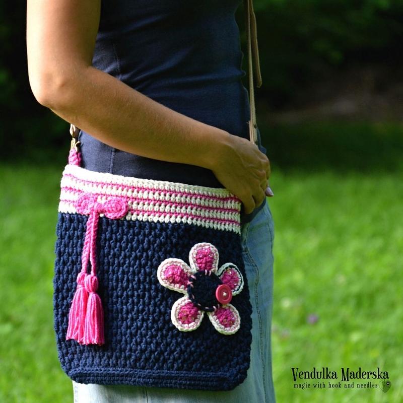 Free Crochet Pattern For Cross Body Bag : Flower crossbody bag crochet pattern - Allcrochetpatterns.net