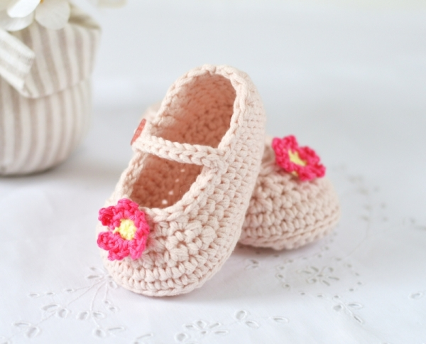 Crochet Pattern For A Baby Jacket : Mary Janes Baby Shoes crochet pattern - Allcrochetpatterns.net