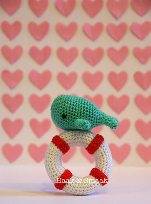 Whale lifebuoy rattle - Free crochet pattern